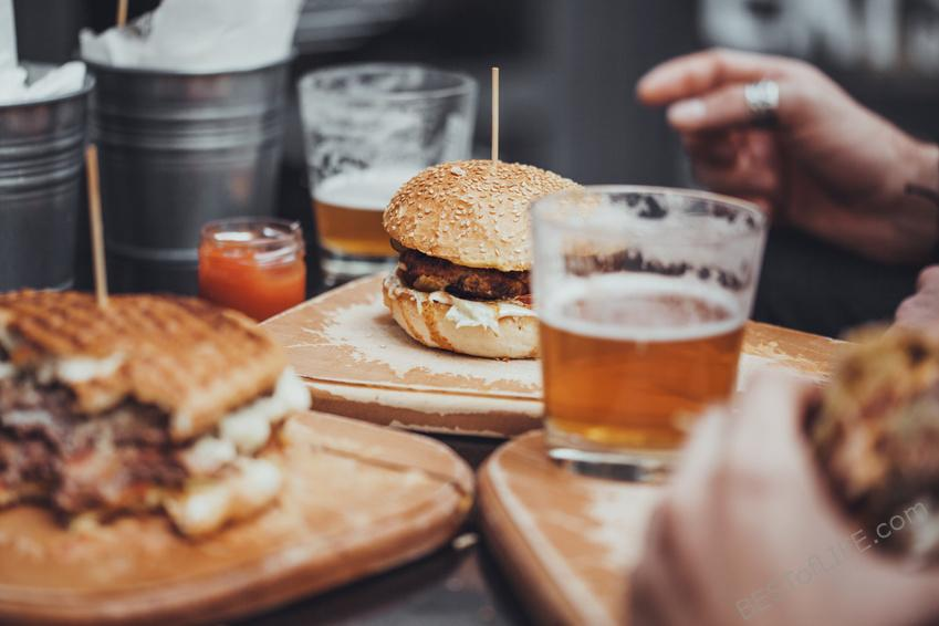Love a great beer but you also love to cook? This is for you! There are many great beer and food pairings available, here are some tips to do it right! How to Pair Craft Beer with Food | Best Beer and Food Pairings | How to Pair Food with Beer |#beer #foodie #pairings