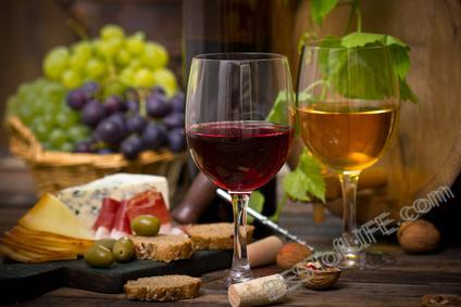 There are ways you can become a wine connoisseur, all you need is a pinky to raise and a few of the best wine tasting tips to get you through.