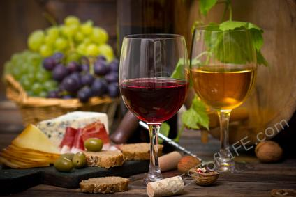 You don't have to be a wine connoisseur to fit in at wine parties and wine tastings. Use these wine tasting tips to look like a pro. Wine Tasting Tips | Tips for Wine Tasting | What to do When Wine Tasting | What is Wine Tasting | How to go Wine Tasting