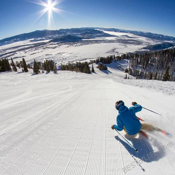 The US is home to many of the best travel destinations for skiing. Here are some of the best places to ski in the US that the whole family can enjoy. Where to Ski in the US | US Skiing Destinations | Skiing Tips | Winter Travel Tips | Winter Travel Destinations