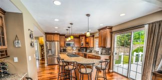 Kitchen remodeling ideas get our creative juices flowing! Use these oak kitchen makeover ideas to take your remodeling project to the next level! Kitchen Backsplash | Kitchen Decor | Kitchen Cabinets | Kitchen Remodel | Oak Kitchen Cabinets | Kitchen Remodel Before and After