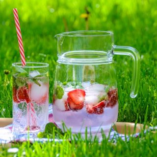 Make some easy backyard BBQ drinks to make sure your party guests stay cool while you cook and enjoy the summer weather. #BBQ #BBQrecipes #BestRecipes #drinks #drinkrecipes #summer #summerdrinks #summerrecipes