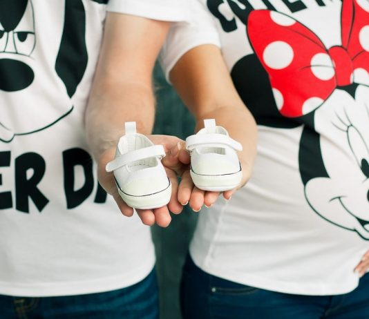 Unique gender reveal ideas are great ways to reveal the gender of a coming baby to the parents, their family, and their closest friends all at once. #gendereveal #genderrevealideas #babyshower #babyshowerideas #bestbabyshower #parents #parenting