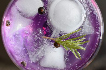 Winter cocktails with gin are cozy and tasty for any chilly evening. Whether a happy hour with friends or enjoying a cocktail by the fire, these gin cocktails are perfect. How to Make Winter Cocktails with Gin | Gin Cocktails | Cozy Cocktails | Cocktail Recipes for Winter | Holiday Cocktail Recipes