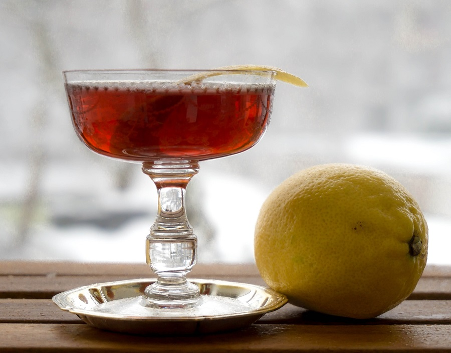 Chilly fall days mean it is time to cozy up with some of the best bourbon cocktails for fall! The good news? They are delicious all year round! Fall Cocktails | November Cocktails | October Cocktails | Winter Bourbon Cocktails Fall Liquor | Smoothest Bourbon