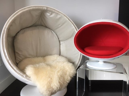 Show off your modern style with this comfortable modern fiberglass ball pet chair that is perfect for dogs and cats alike. Indoor Dog Chair | Raised Dog Chair | Elevated Dog Chair | Dog High Chair | Dog Furniture | Furniture for Pet Owners | Gifts Ideas for Dog Owners #furniture #pets