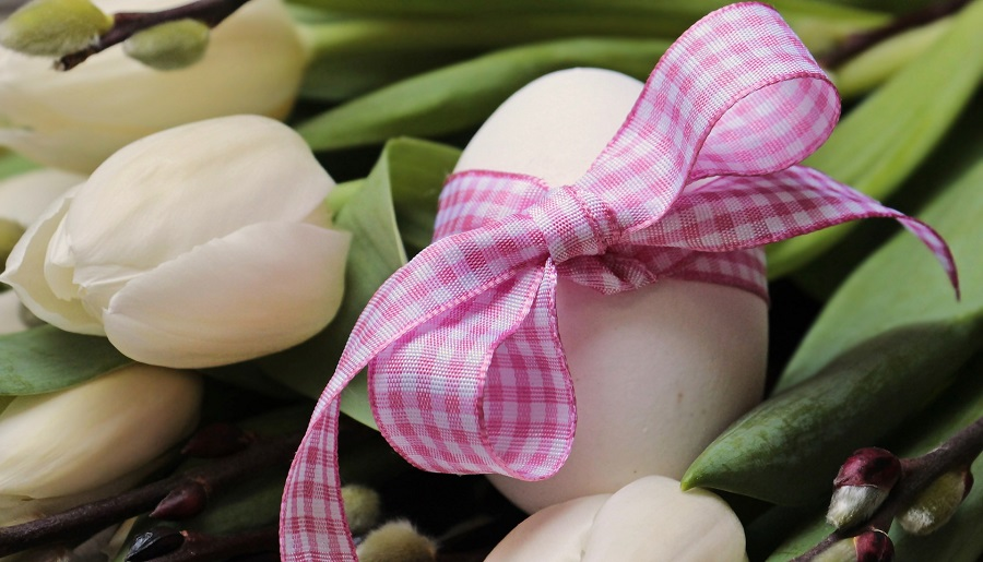 DIY Mesh Easter Wreaths and Centerpieces an Egg on a Bed of Tulips Wrapped with a Pink Checkered Ribbon